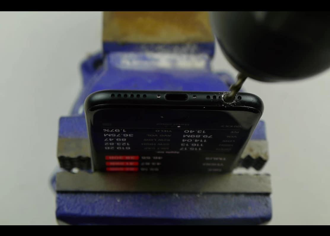 a-nu-se-folosi-bormasina-pe-iphone-7-in-cautarea-jack-ului